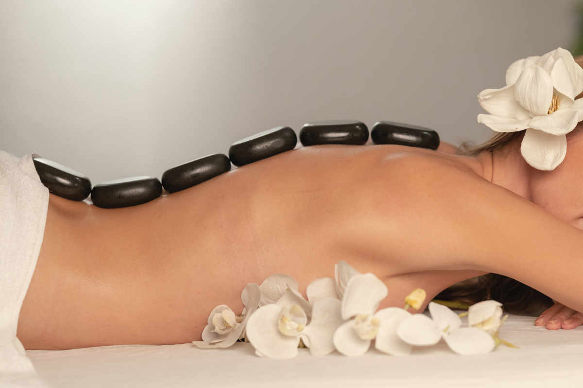 Chica recibe un masaje relajante con piedras